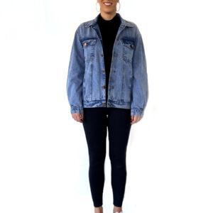 * Modelo tem 1,80 de altura e veste jaqueta jeans OFFlimits tamanho G